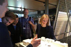 Byrådssekretær Anja Bakken Riise åpnet utstillingen og sa at intensjonen er å realisere vinnerforslaget. Først skal det lages et forprosjekt. Bygging vil tidligst kunne starte i 2018.